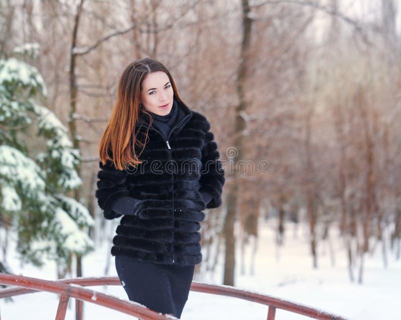 Portrait d'un manteau de fourrure mignon de fille image stock
