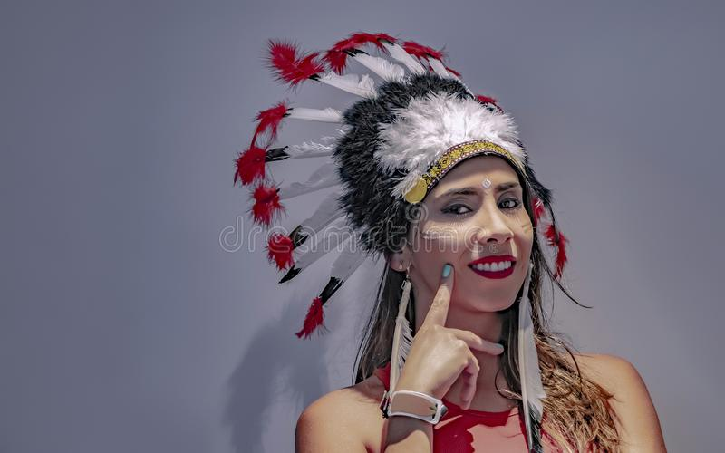 Portrait d'un modèle latin avec une coiffe faite varier le pas en second lieu photographie stock libre de droits