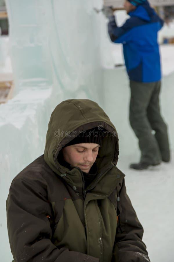Portrait d'un monteur dans une veste verte photo stock