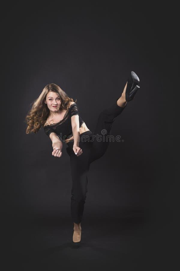 Portrait d'un obstacle imaginaire perçant de pied de jeune belle fille photographie stock libre de droits