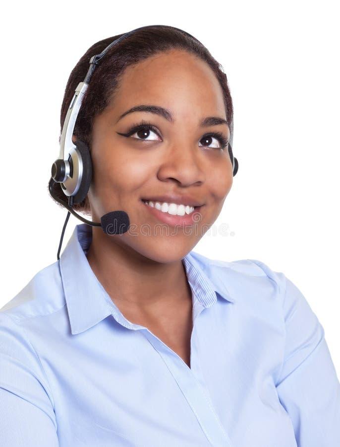 Portrait d'un opérateur africain de sourire de téléphone avec le casque image libre de droits