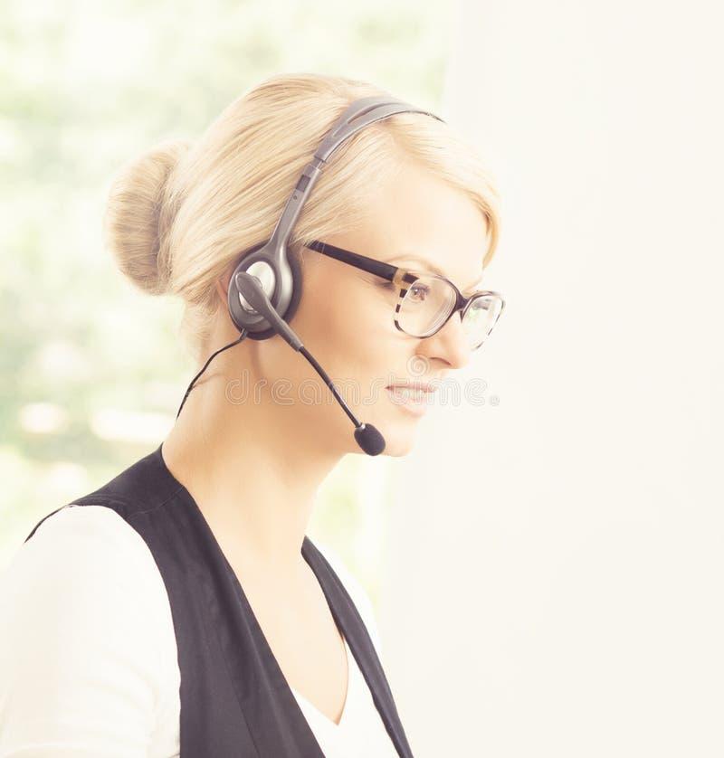 Portrait d'un opérateur féminin de support à la clientèle image stock