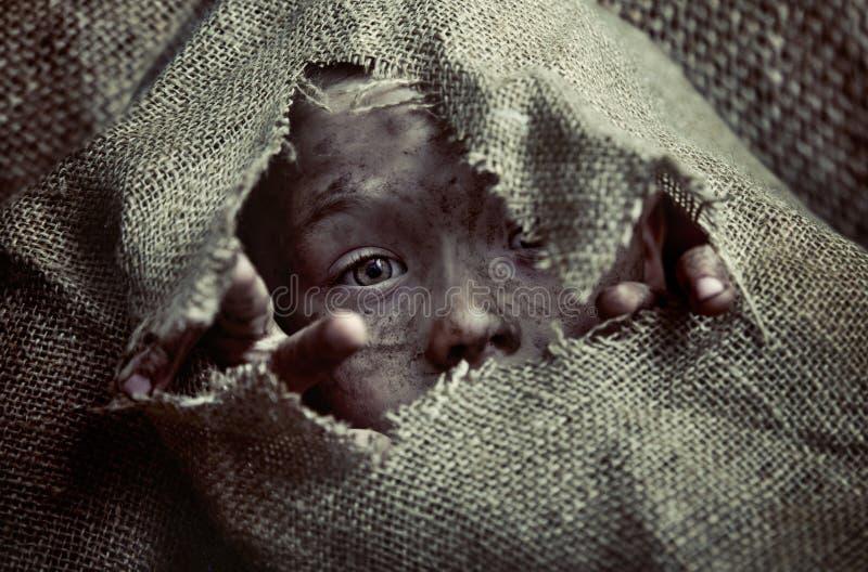 Portrait d'un pauvre enfant sale de garçon photo libre de droits