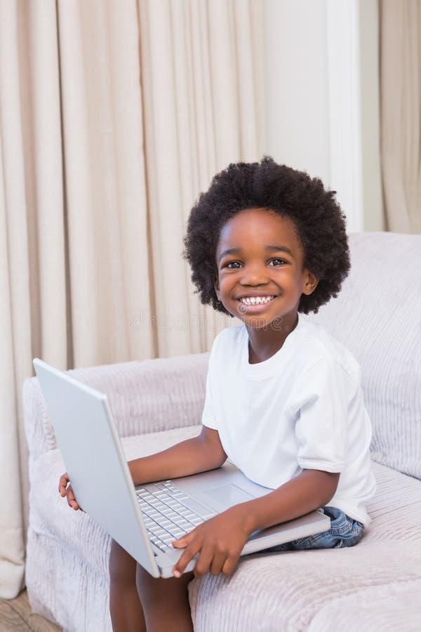 Download Portrait D'un Petit Garçon à L'aide D'un Ordinateur Portable Image stock - Image du bouclé, laptop: 56484517