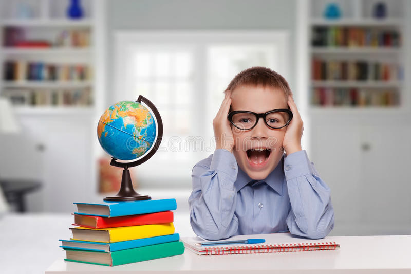 Portrait d'un petit garçon étonné dans les lunettes et le costume photo libre de droits