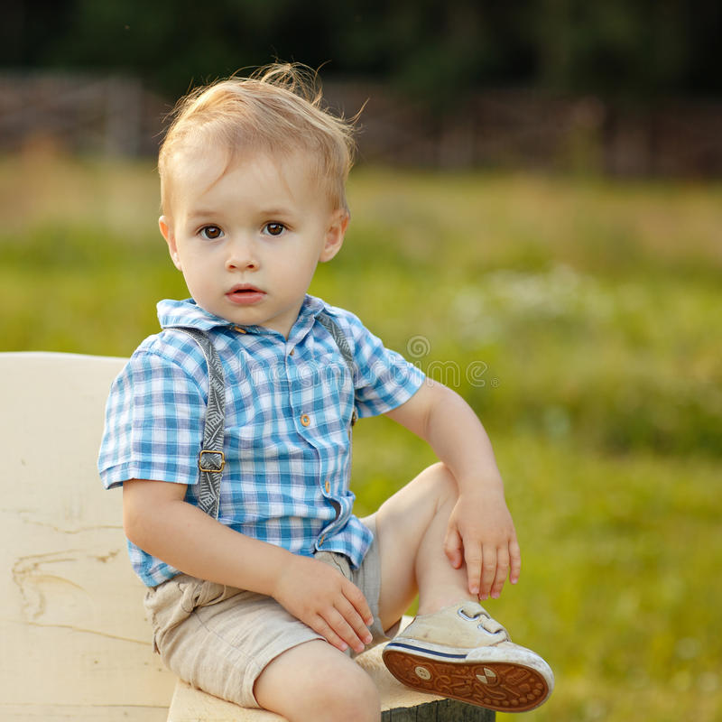Portrait d'un petit garçon 2 années avec de grands yeux dans un checkere photographie stock