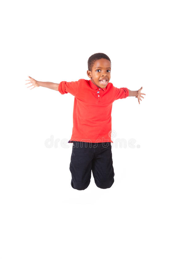 Portrait d'un petit garçon d'afro-américain mignon sautant, d'isolement photo libre de droits