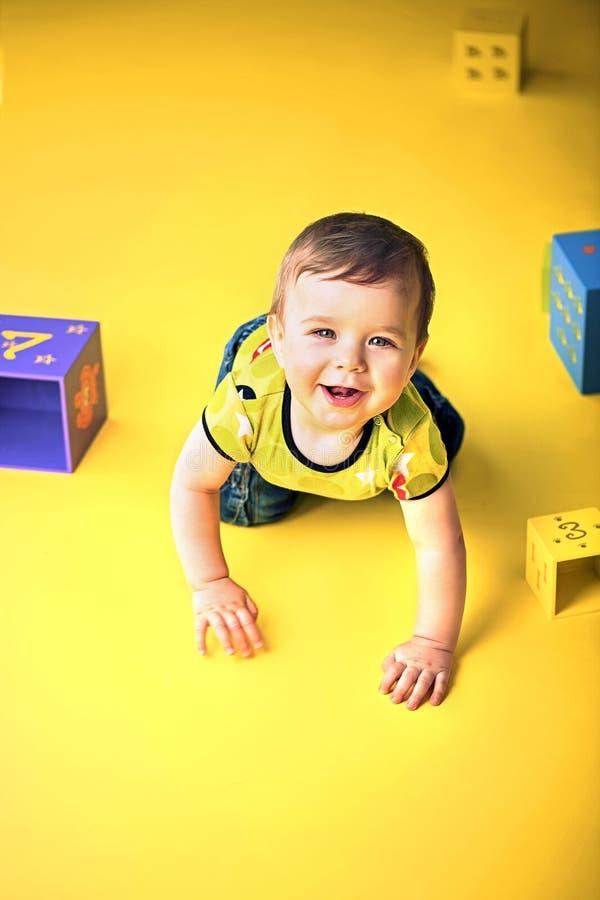 Portrait d'un petit garçon de rampement photos libres de droits