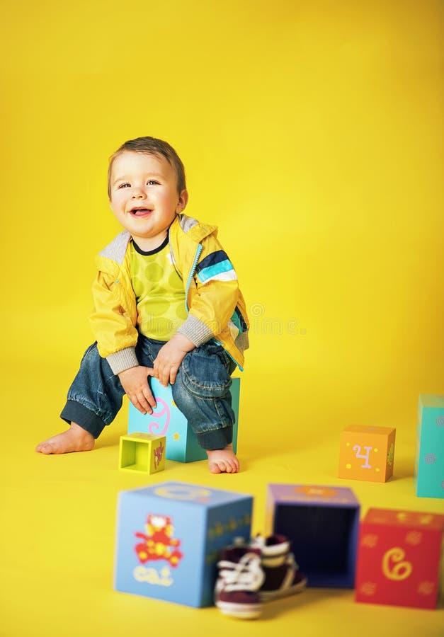 Portrait d'un petit garçon riant avec un groupe de jouets images libres de droits