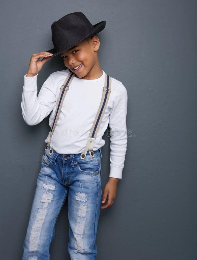 Portrait d'un petit garçon souriant avec le chapeau photos stock