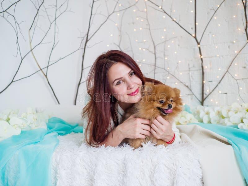 Portrait d'un plan rapproch? de spitz de fille et de chien dans le studio photo libre de droits