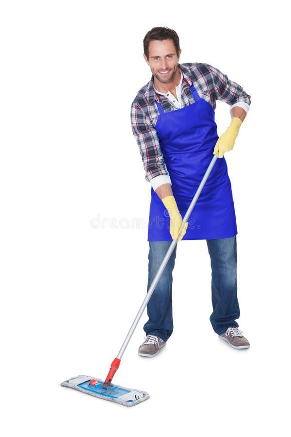 Portrait d'un plancher de nettoyage d'homme photos libres de droits