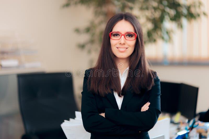 Portrait d'un Président femelle dans le lieu de travail de bureau photographie stock