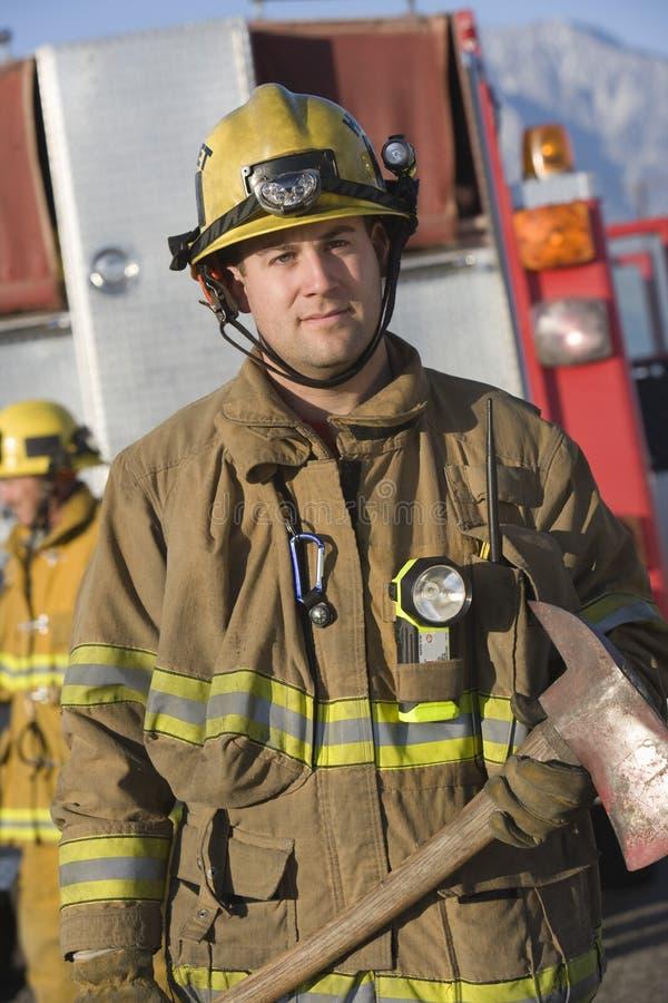 Portrait d'un sapeur-pompier Holding Axe photos stock