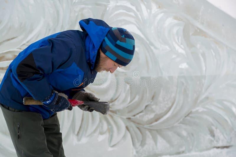 Portrait d'un sculpteur au travail sur une figure images libres de droits