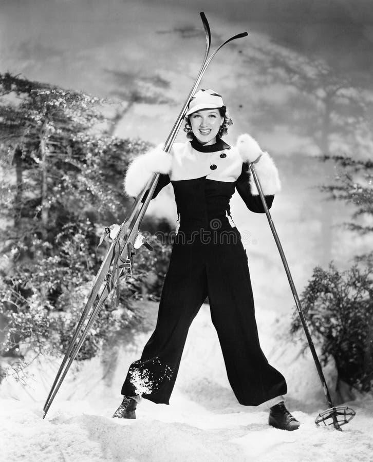 Portrait d'un ski de jeune femme et sourire (toutes les personnes représentées ne sont pas plus long vivantes et aucun domaine n' images libres de droits