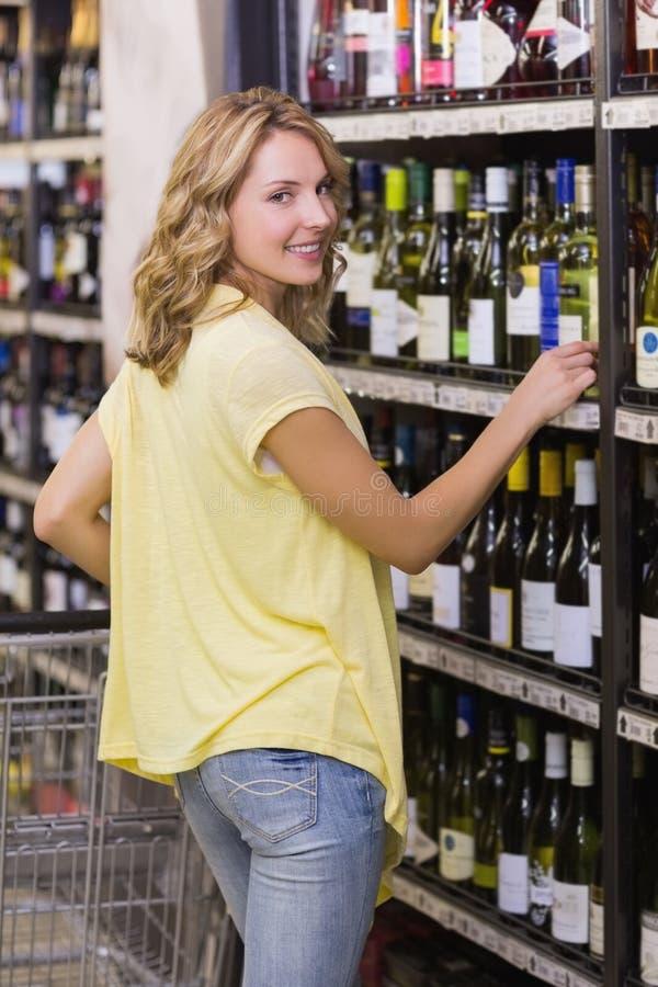 Download Portrait D'un Sourire Femme Assez Blonde Dans Le Bas-côté De Bouteille De Vin Photo stock - Image du épicerie, chariot: 56488046