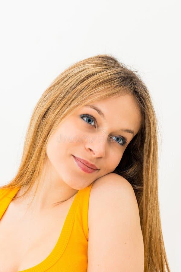 Portrait d'un sourire heureux de jeune femme photographie stock libre de droits