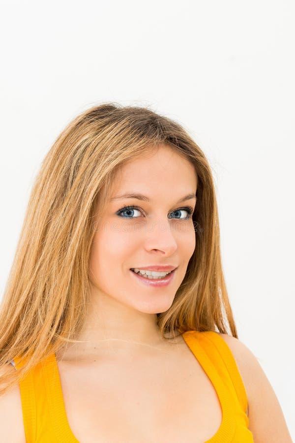 Portrait d'un sourire heureux de jeune femme images stock