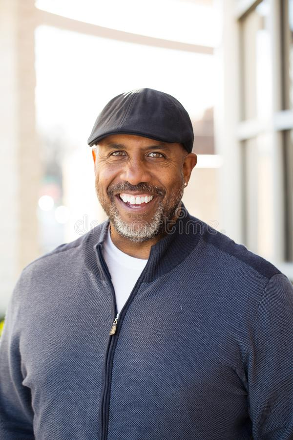 Portrait d'un sourire mûr d'homme d'Afro-américain photos stock