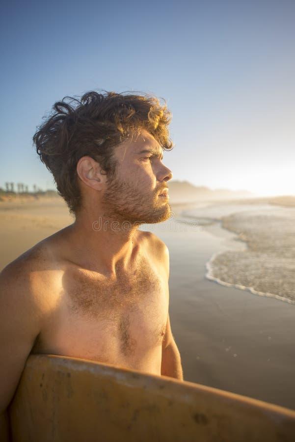 Download Portrait D'un Surfer Avec Le Conseil Sous Le Bras Par L'océan Image stock - Image du nature, individuel: 87705685