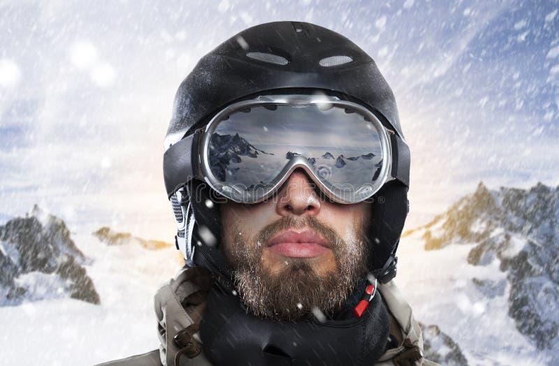 Portrait d'un surfeur tandis que tempête de neige dans l'environnement hivernal images libres de droits