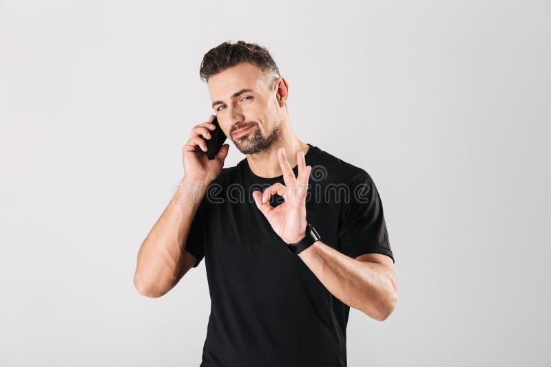 Portrait d'un téléphone portable parlant de sportif mûr sûr images libres de droits