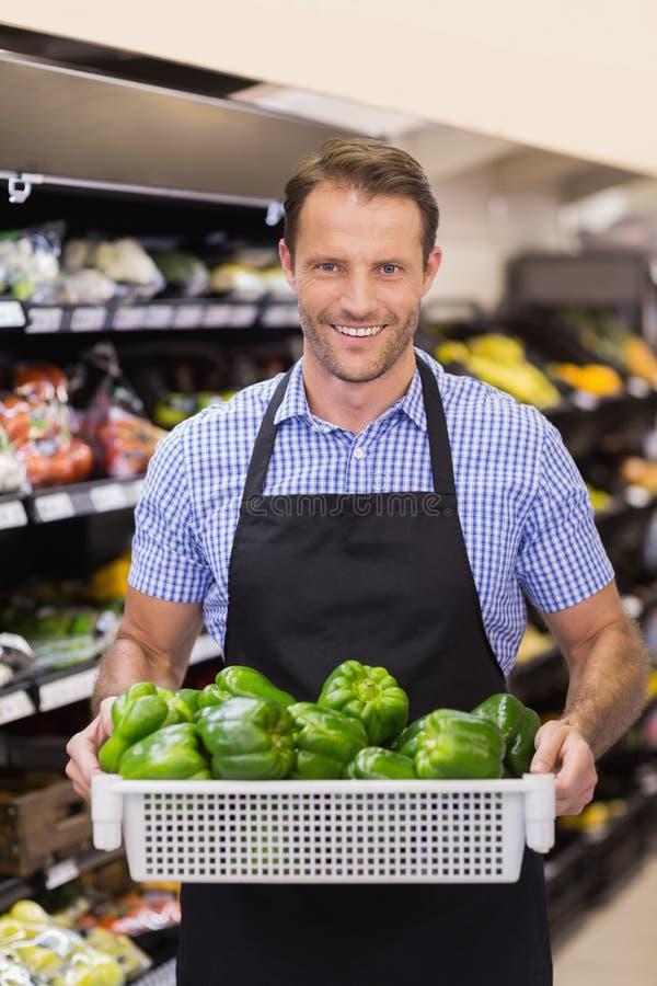 Download Portrait D'un Travailleur Beau De Sourire Tenant Une Boîte Avec Des Légumes Image stock - Image du lifestyle, étagères: 56488437
