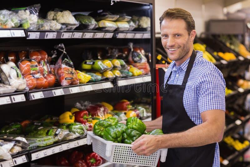 Download Portrait D'un Travailleur Beau De Sourire Tenant Une Boîte Avec Des Légumes Photo stock - Image du personnel, nourriture: 56489282