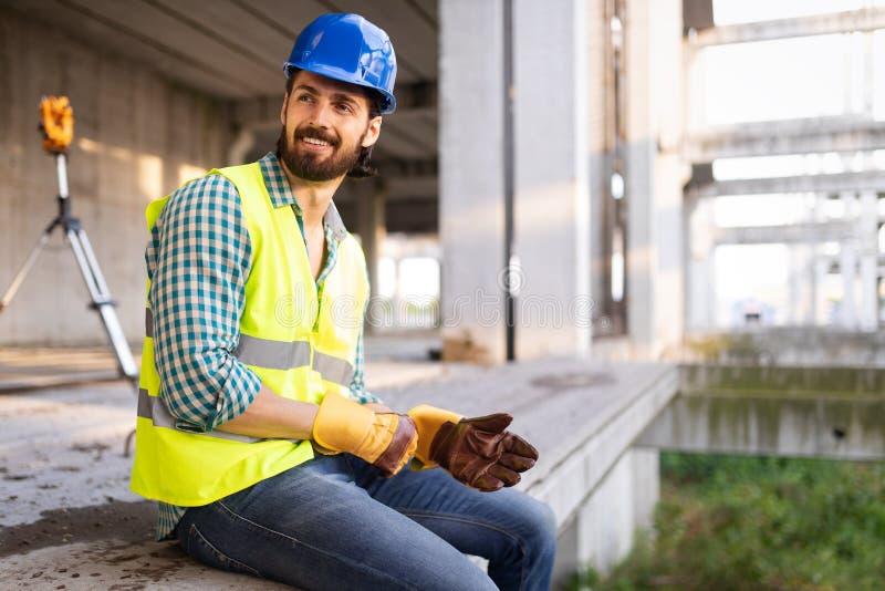 Portrait d'un travailleur beau sur un chantier de construction photographie stock