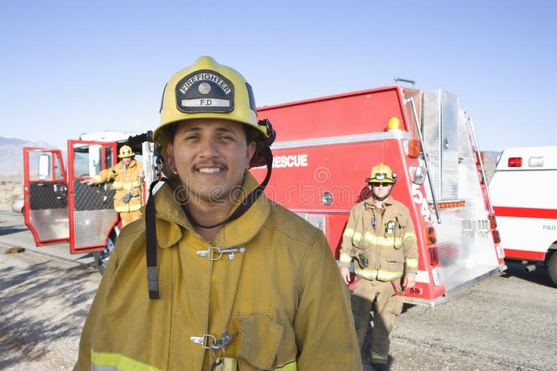 Portrait d'un travailleur heureux du feu photos libres de droits