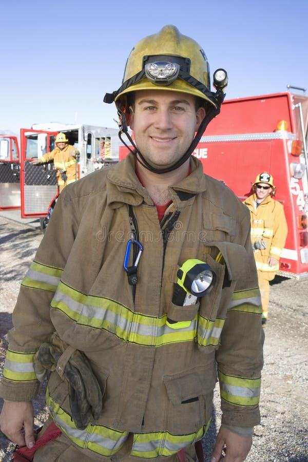 Portrait d'un travailleur heureux du feu photo stock