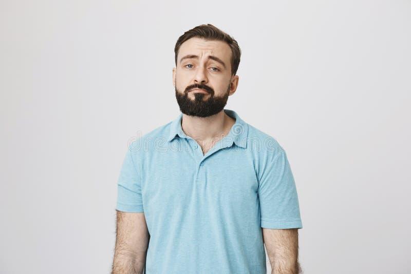Portrait d'un type barbu semblant mécontent et fatigué Parfois chacun ont un mauvais jour, fait ainsi cette personne L'homme est photographie stock libre de droits