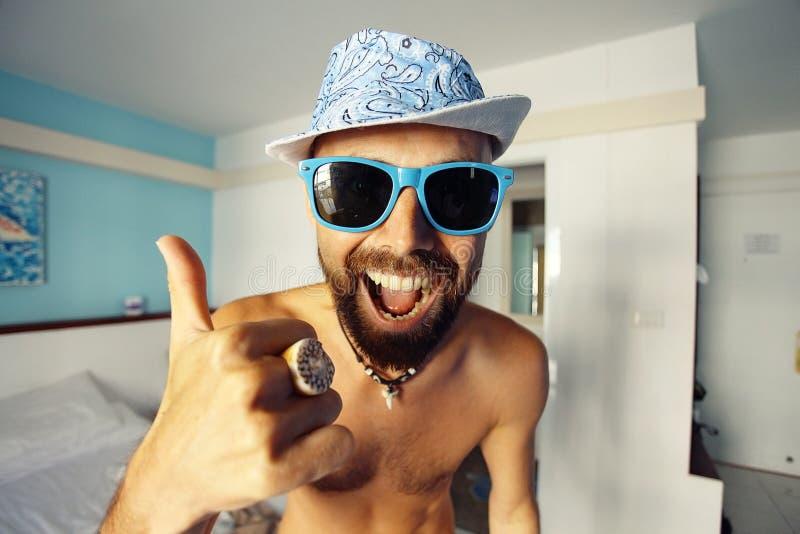Portrait d'un type bronzé dans un hôtel photos libres de droits