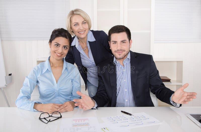Portrait d'une équipe de sourire réussie heureuse d'affaires. photographie stock