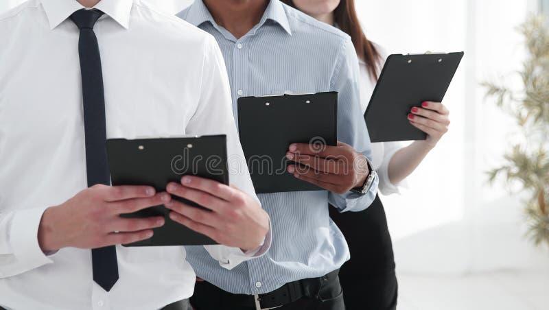 Portrait d'une équipe exécutive d'affaires sur le fond de bureau photos stock