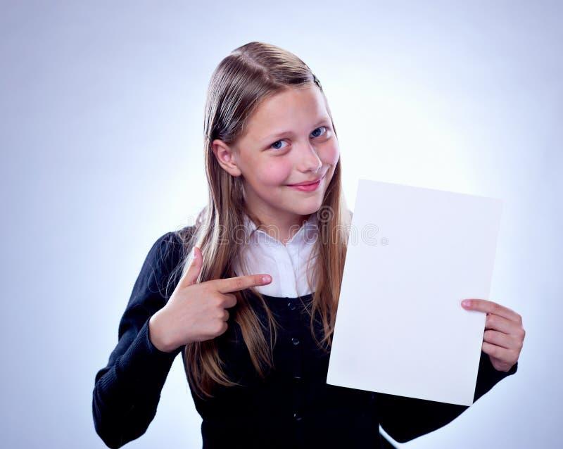 Portrait d'une adolescente heureuse avec un conseil vide photo stock