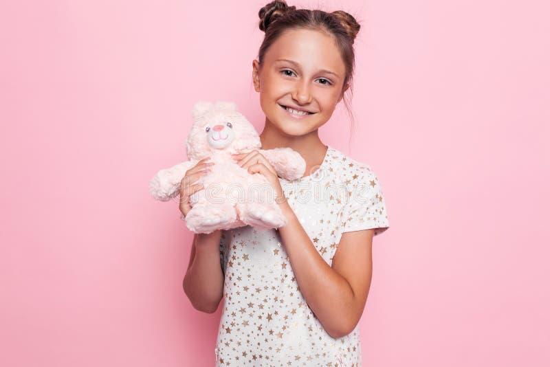 Portrait d'une adolescente heureuse avec un jouet de peluche image libre de droits
