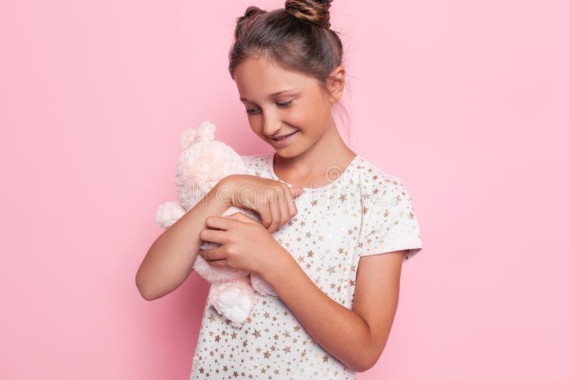 Portrait d'une adolescente heureuse avec un jouet de peluche photos stock