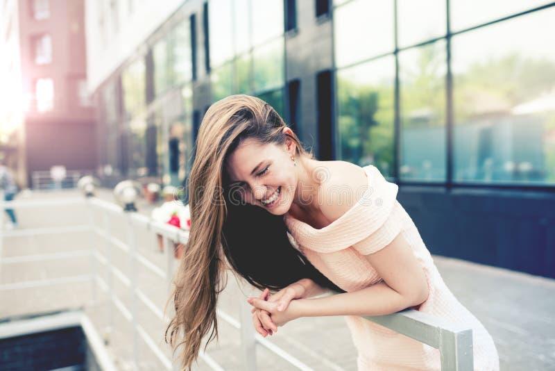 Portrait d'une adolescente riante photographie stock libre de droits