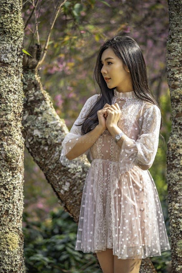 Portrait d'une adolescente sous arbres image stock