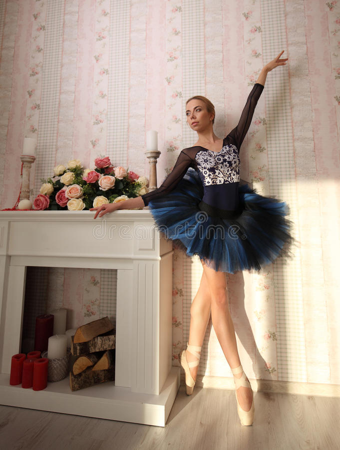 Portrait d'une ballerine dans la lumière du soleil dans l'intérieur à la maison Concept de ballet photographie stock