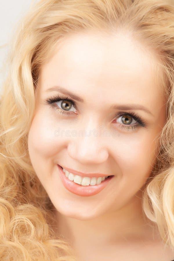 Portrait d'une belle blonde sur un fond blanc image stock