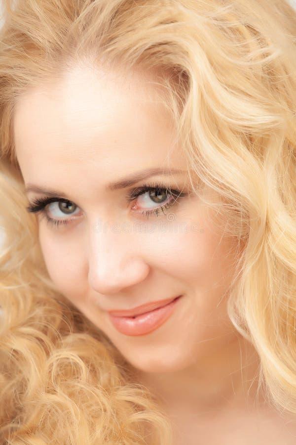 Portrait d'une belle blonde sur un fond blanc image libre de droits