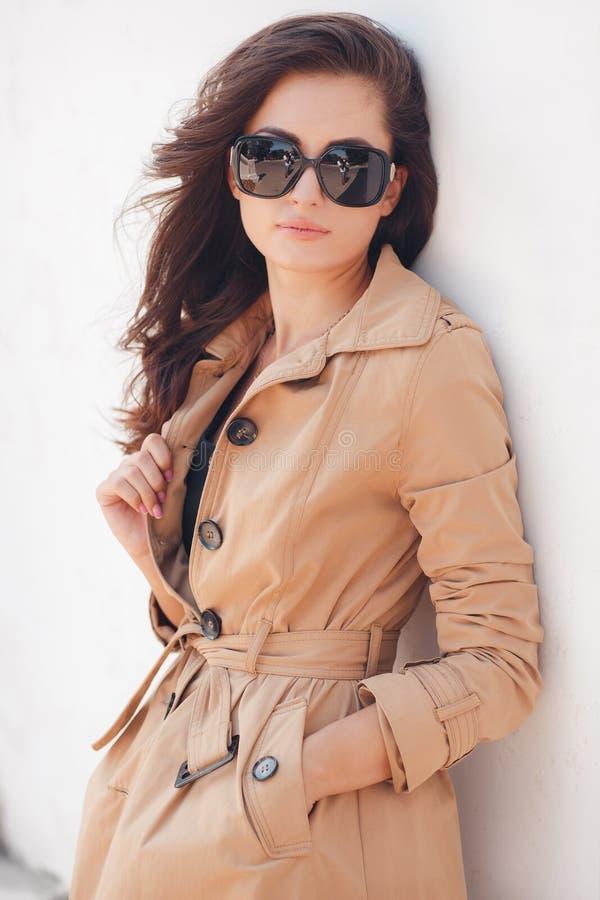 Portrait d'une belle brune dans des couleurs d'automne photographie stock libre de droits