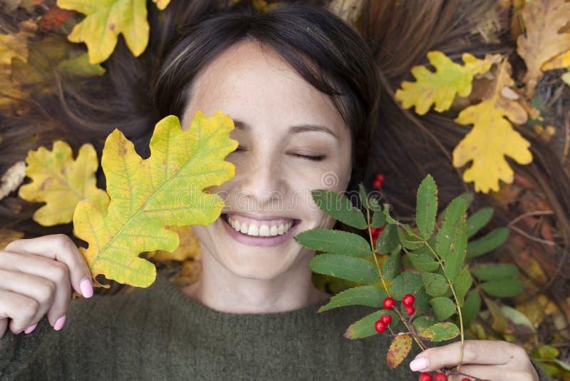 Portrait d'une belle brune en parc d'automne images stock