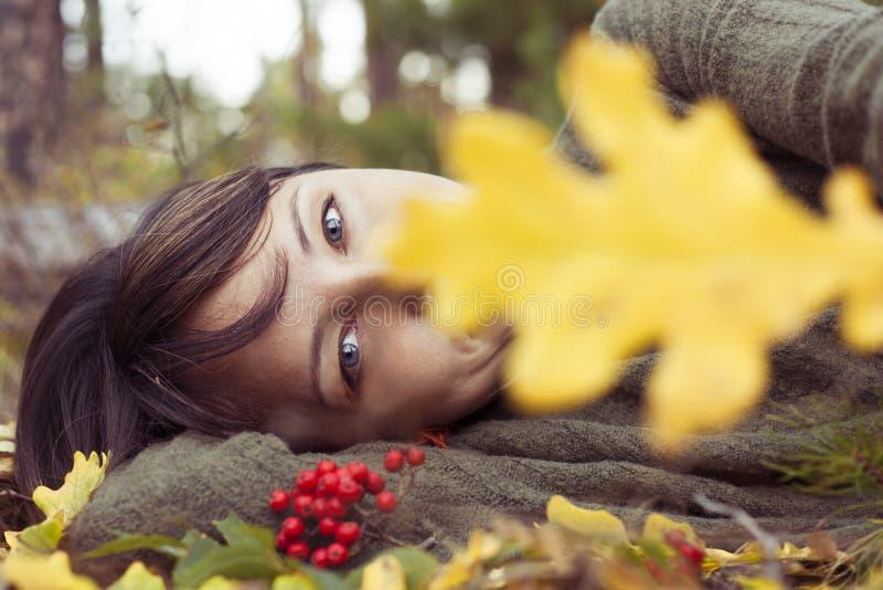 Portrait d'une belle brune en parc d'automne images libres de droits