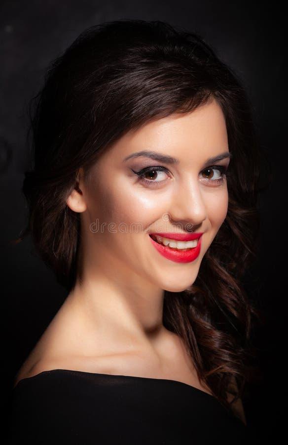 Portrait d'une belle brune sur un fond foncé image libre de droits