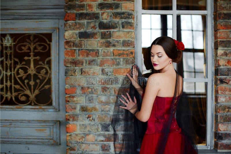 Portrait d'une belle danseuse de jeune femme dans une robe rouge près de t images libres de droits