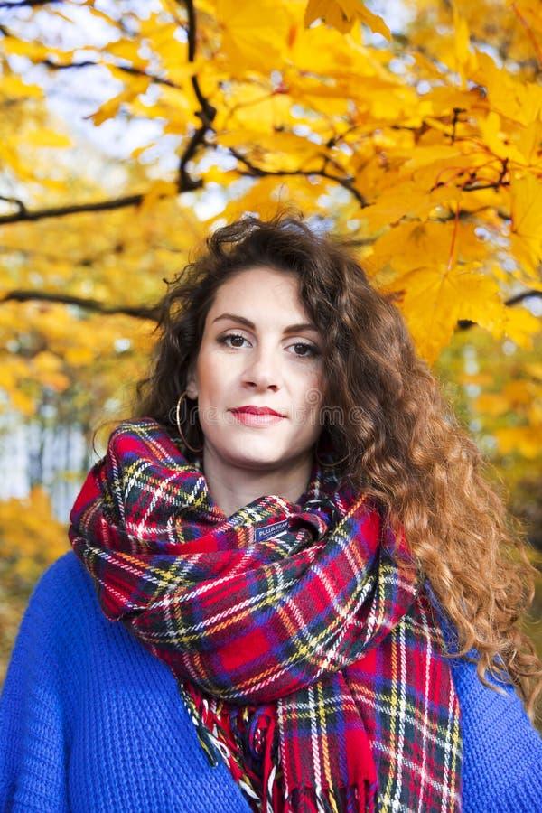 Portrait d'une belle femme élégante avec long onduleux image stock